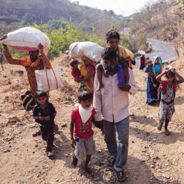 Arbeidsmigranten zitten vast op het Indiase platteland