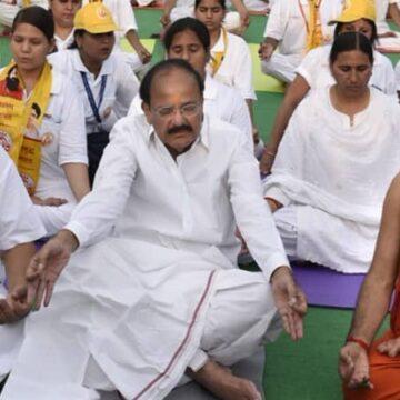 Deze heilige man verdient miljoenen. De CEO van Patanjali Ayurved Ltd.