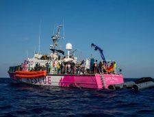 Hulporganisaties op de Middellandse Zee onder vuur