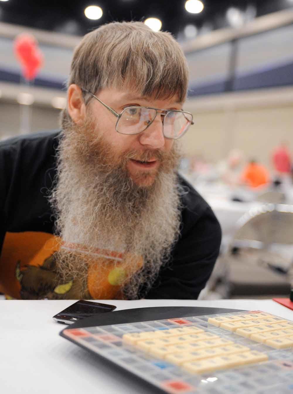 Nigel Richards in de finale van de National Scrabble Championships in Bu alo, waar hij eindigde op de 16de plaats. – © Gary Wiepert / AP