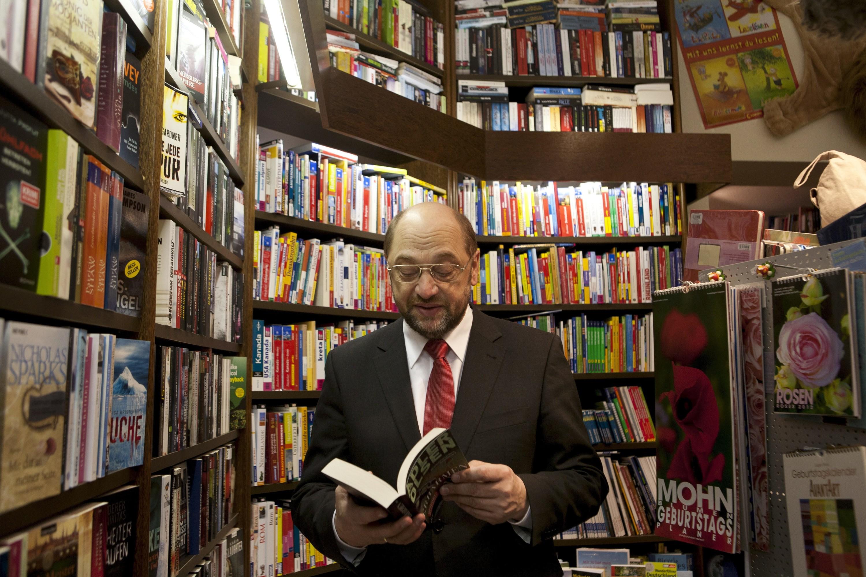 Martin Schulz in zijn boekwinkel. – © Michael Trippel / Laif / Hollandse Hoogte