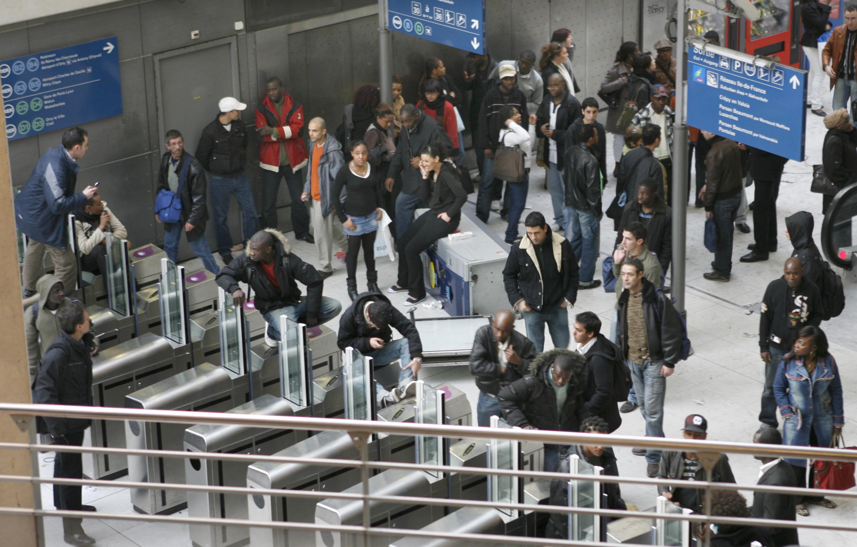 De rellen op Gare du Nord in maart 2007. Gare du Nord, dat het grensgebied vormt met de banlieues, veranderde 'binnen een paar minuten na de arrestatie van een zwartrijder in een wetteloos stukje Frans grondgebied'. – © Reuters / Charles Platiau