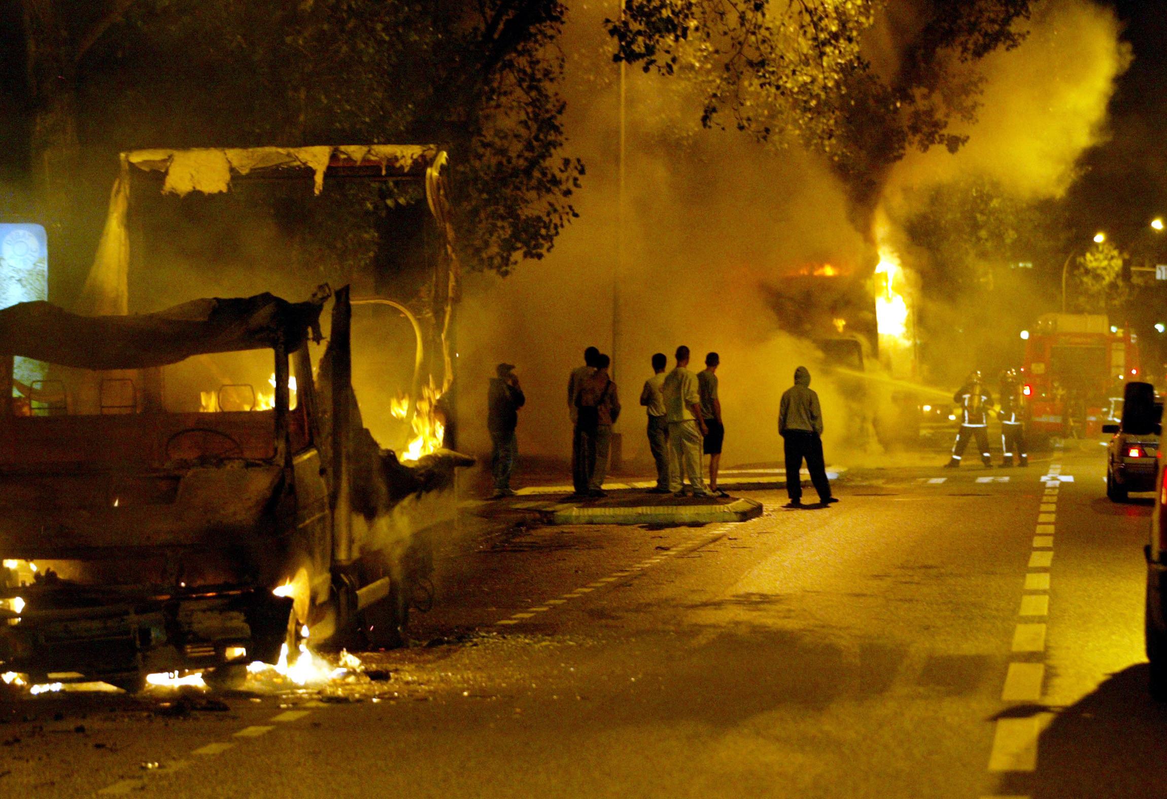 De voorstad Aulnay sur Bois in november 2005, tijdens de zevende nacht van de rellen in de banlieues in 2005. – © Reuters / Victor Tonelli