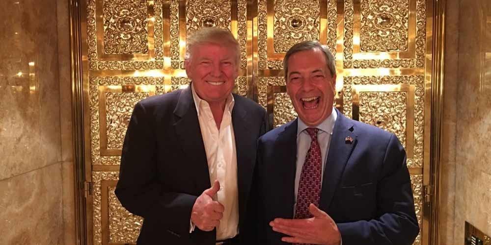 De beroemde foto van Donald Trump en Nigel Farage voor de gouden liftdeuren: Farages bezoek aan de Tower was een pr-stunt waardoor Farage als eerste buitenlandse politicus de aanstaande president de hand mocht schudden. – © Twitter Andy Wigmore