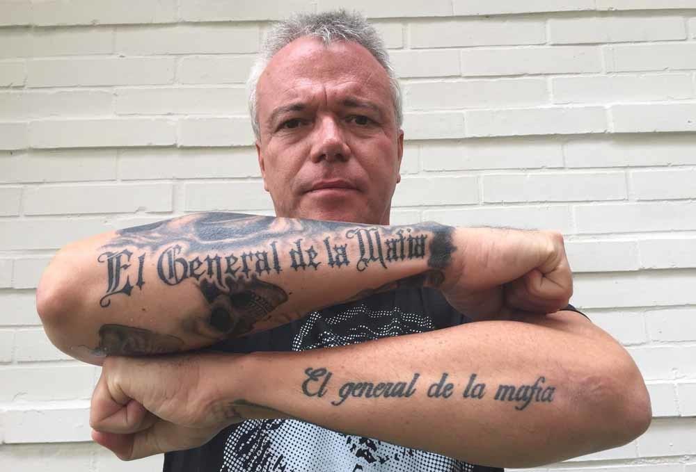 Links: John Jairo Velásquez, alias 'Popeye', showt zijn tatoeages. – © Georg Ismar / HH