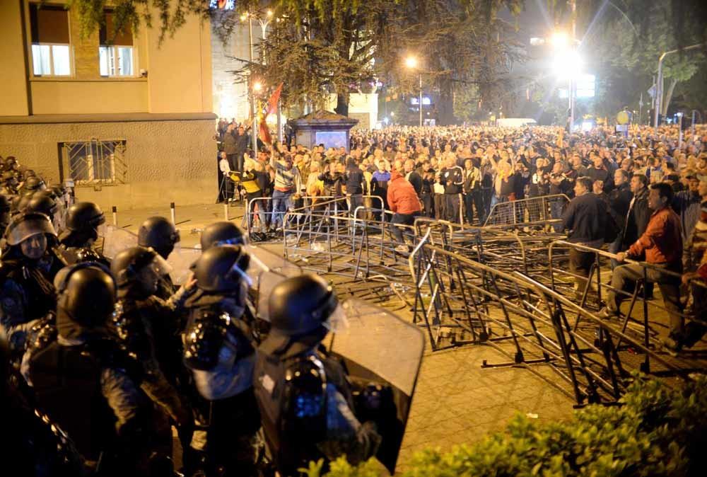 Aanhangers van de VMRO-DPMNE bij het parlement op 27 april. – © Getty