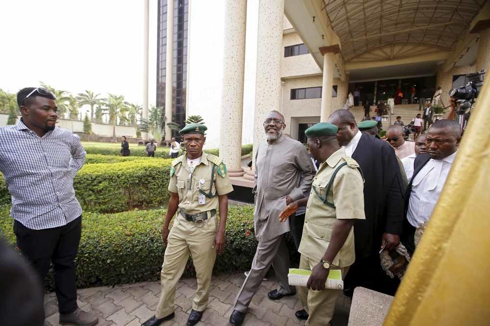 De Nigeriaanse politicus Olisah Metuh verlaat de rechtbank in Abuja, waar hij is aangeklaagd voor het witwassen van 2 miljoen dollar. – © Afolabi Sotunde / Reuters