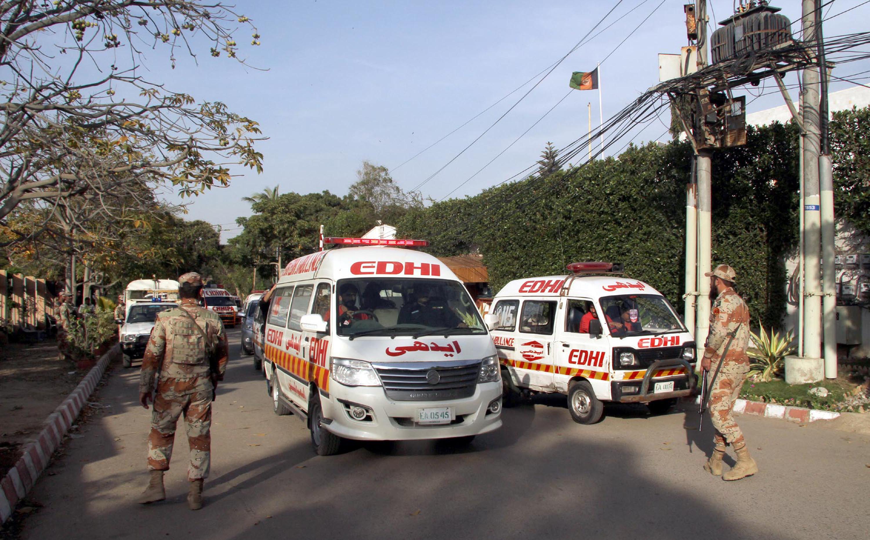 Het lichaam van de Afghaanse diplomaat Mohammad Zaki Uro wordt opgehaald door de ambulancedienst. – © Asianet-Pakistan / Barcroft Images / Barcroft Media via Getty Images