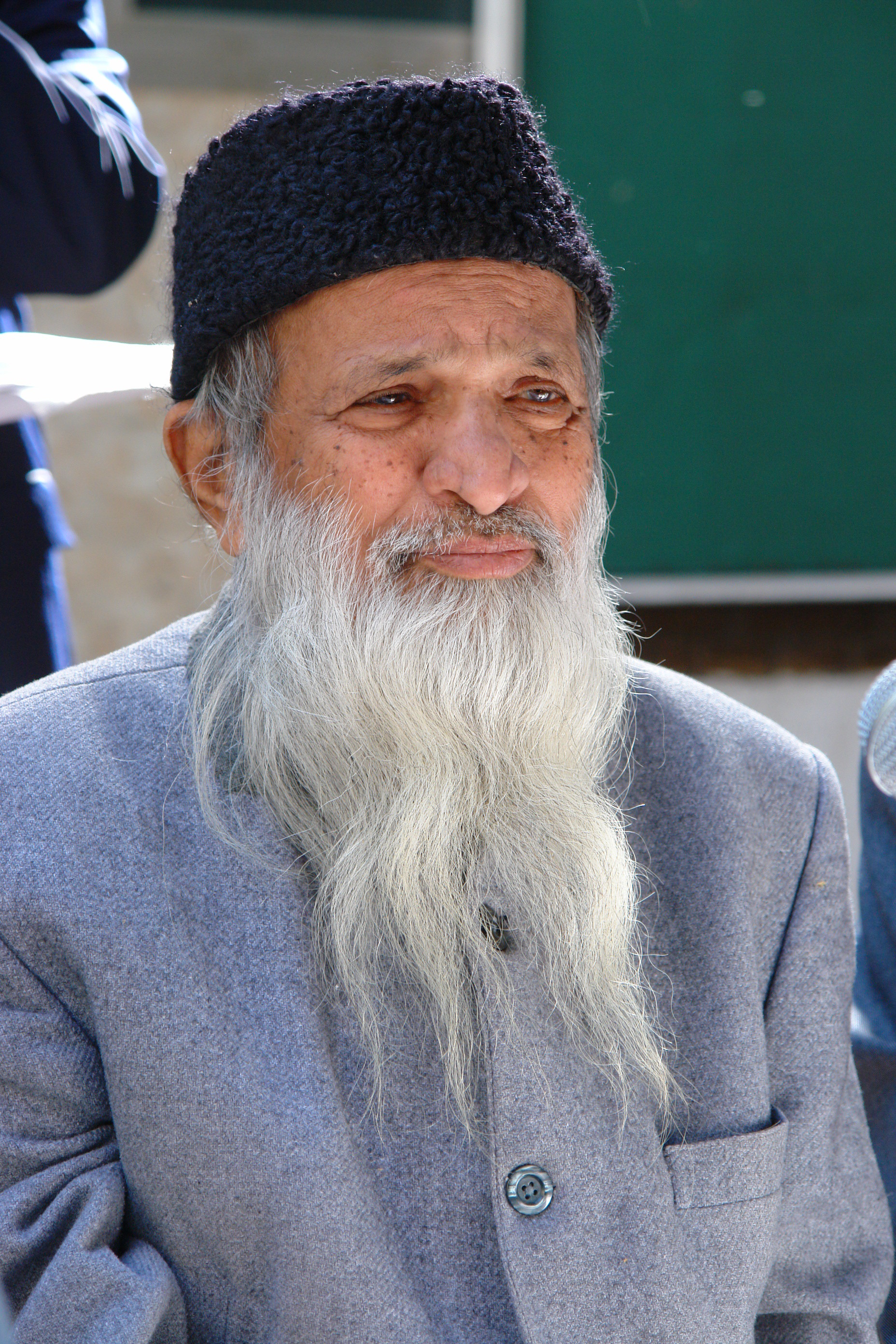 De van oorsprong Indiase Abdul Sattar Edhi was filantroop, asceet en humanist en richtte in 1951 de Edhi Stichting op, die ziekenhuizen, rehabcentra, daklozenhuisvestingen, weeshuizen en een ambulancedienst beheert. – © Wikipedia