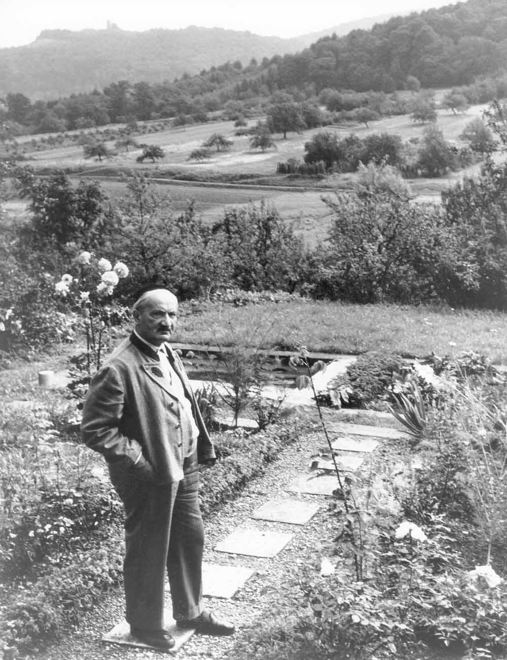 De Duitse filosoof en wandelaar Martin Heidegger in zijn tuin, rond 1964. – © Getty Images