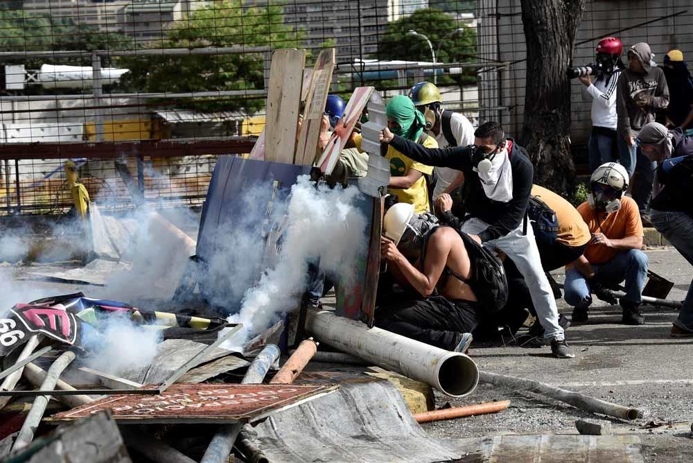 Een demonstratie in Caracas loopt op rellen uit met het leger dat op de hand van Maduro is. – © Getty
