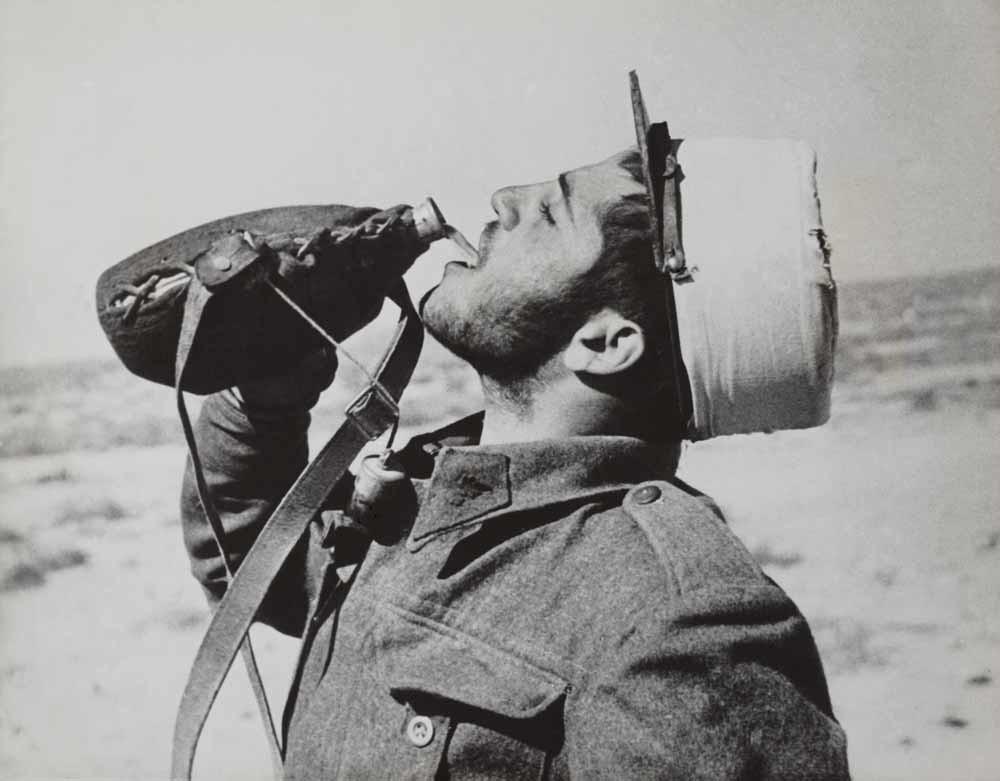 De legionair zoals we hem kennen, drinkend uit z'n veldfles middenin de woestijn in 1942.  – © Everett Collection
