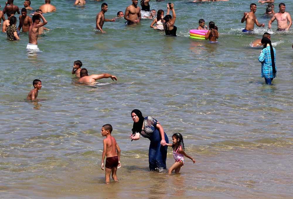 Algerijnse vrouwen in boerkini op een strand bij Oran. – © Billal Bensalem / HH