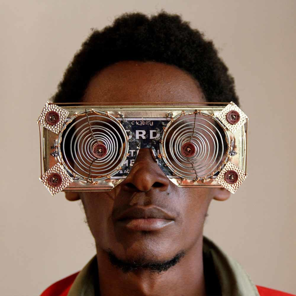 Cyrus Kabiru maakte deze bril van gerecycled materiaal.