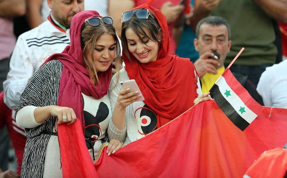 Vrouwelijke Syrische supporters bij de wedstrijd Iran-Syrië. – © Amin Mohammad Jamali / Getty Images