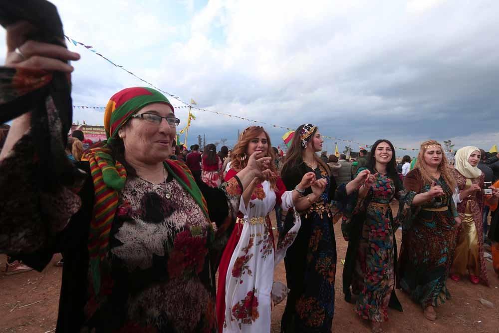 Koerdische vrouwen in traditionele kleding vieren het voorjaarsfeest Noroez in de Noord-Syrische stad Kamishli in maart 2017. © Rodi Said / Reuters
