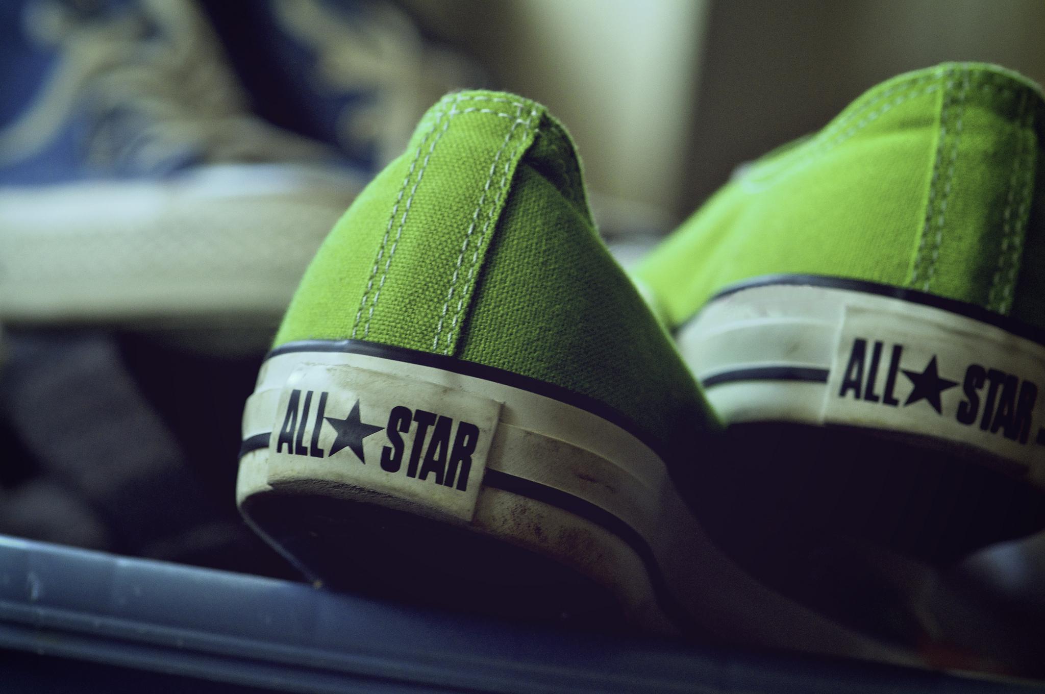 Groene sneakers. Steven Guzzardi