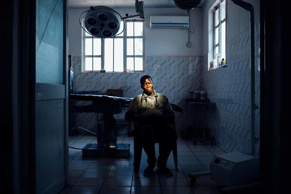 Evan Atar in zijn operatiekamer. – © Alex Pritz