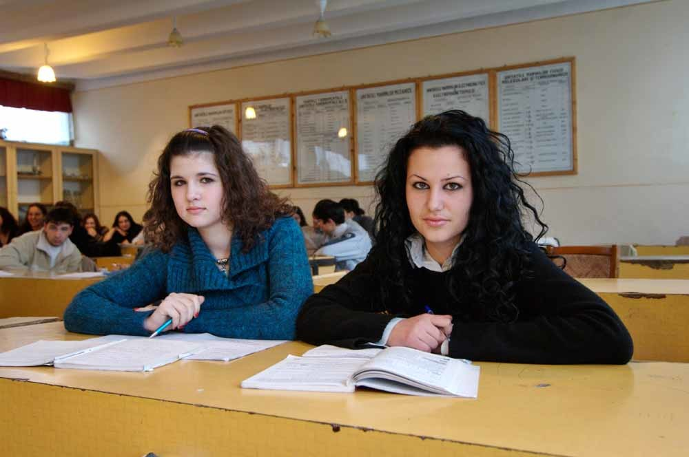 Roemeense scholieren in hun klas in het plaatsje Bals. – © HH