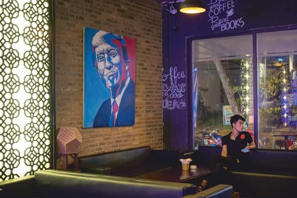 De Trump-bar in Da Nang, Vietnam. Eigenaar Nguyen Ha Anh Tuan (32) houdt van de reuring die Trump veroorzaakt en hoopt dat die overslaat naar zijn etablissement. – © Linh Pham / Getty