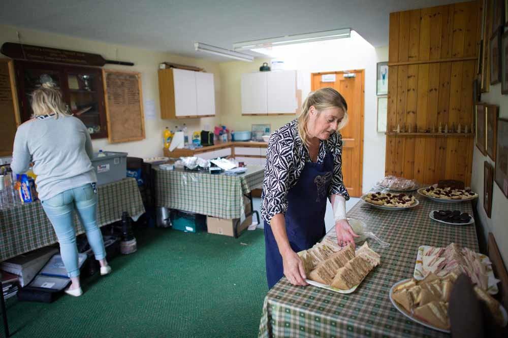 In het clubhuis van een cricketclub in North Devon worden sandwiches bereid. – © Ben Birchall / Getty