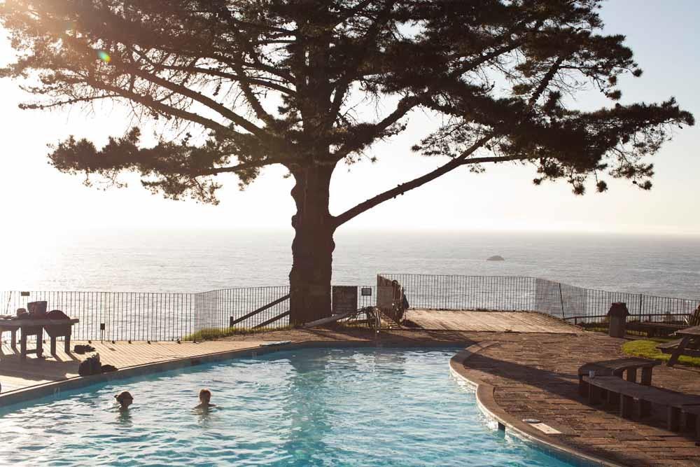 Het Esalen Institute beschikt onder meer over een zwembad met uitzicht op de oceaan, en meditatieruimtes. – © Angie Smith / HH