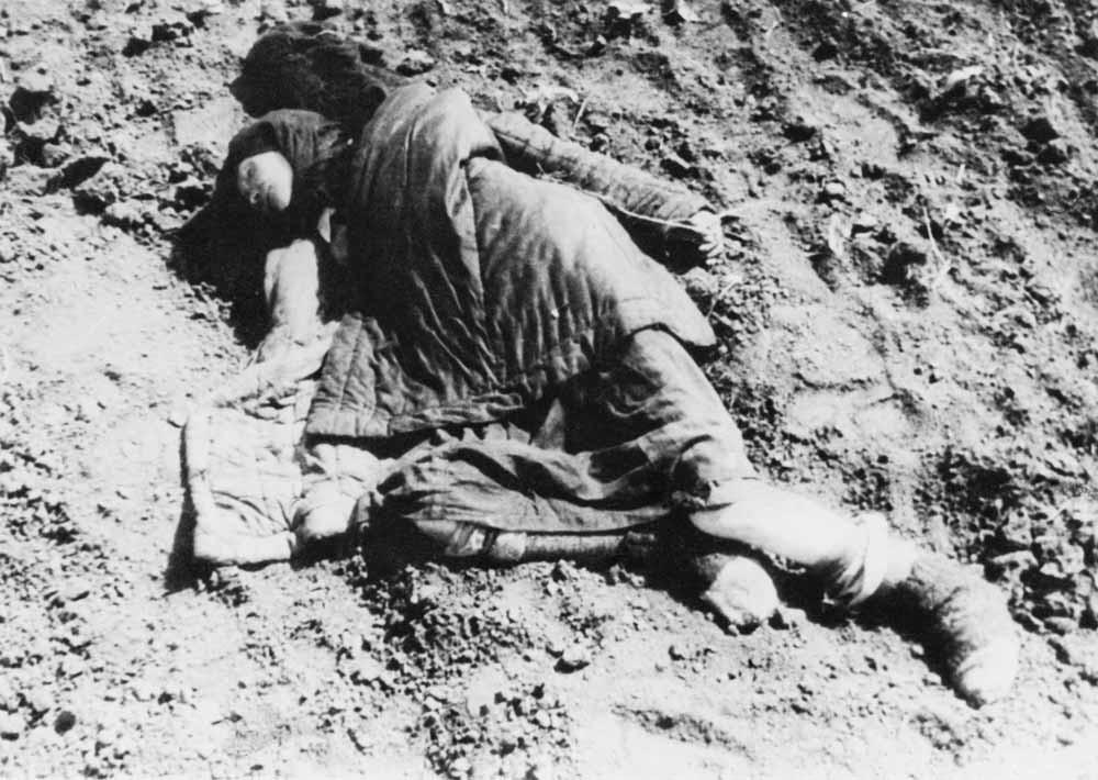 Het lichaam van een jonge vrouw tijdens de Oekraïense hongersnood, in het voorjaar van 1934. – © Daily Express / Hulton Archive/ Getty Images