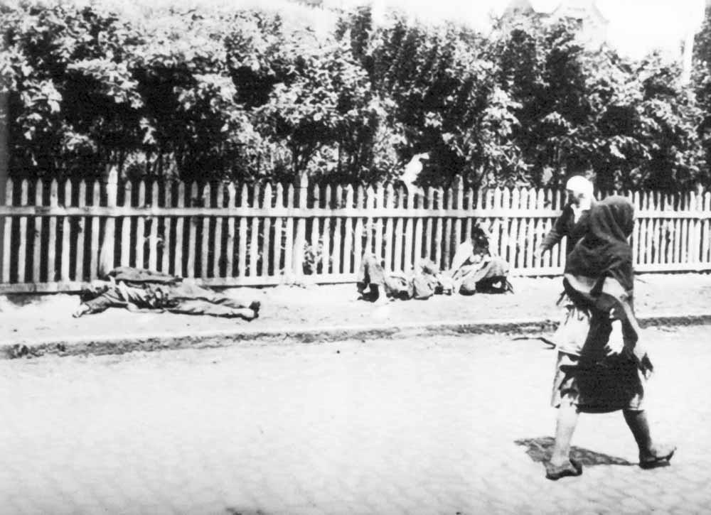 Een vrouw wandelt langs stervende mensen tijdens de grote Oekraïense hongersnood. – © Getty Images