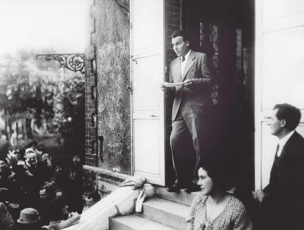 Louis Ferdinand Céline (1894-1961) voor het huis van Emile Zola in Médan. – © Rene Dazy / Rue des Archives