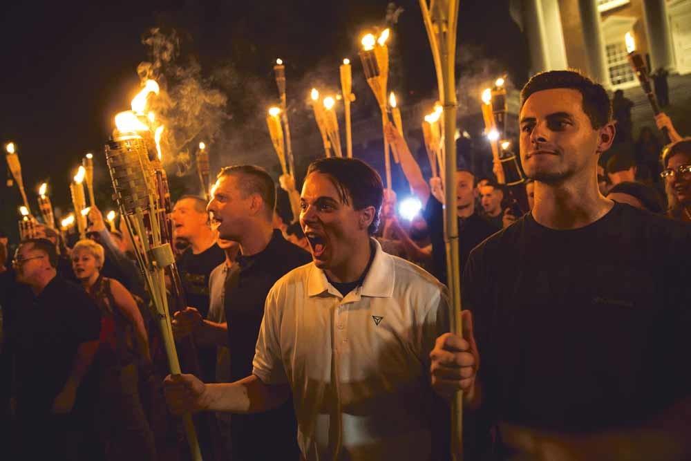 Witte supremacisten, neonazi's en alt-rightaanhangers bij een standbeeld van Thomas Jefferson na een mars door de universiteit in Charlottesville, 11 augustus 2017. – © Samuel Corum / Anadolu Agency / Getty Images