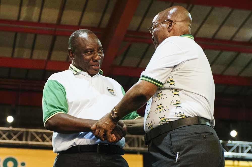 Cyril Ramaphosa (l.), de nieuwe leider van het ANC, en president Jacob Zuma op het partijcongres in december 2017. – © Waldo Swiegers / Getty Images