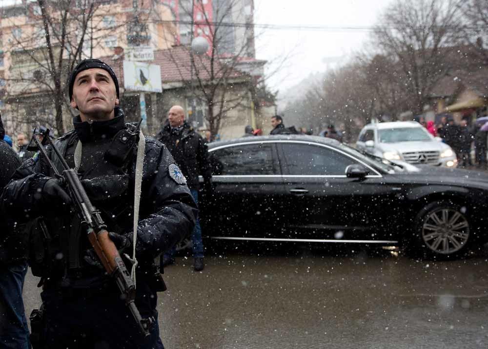De Servische president Aleksandar Vucic bezoekt de plek waar de Kosovaars-Servische politicus Oliver Ivanovic werd vermoord. – © HH
