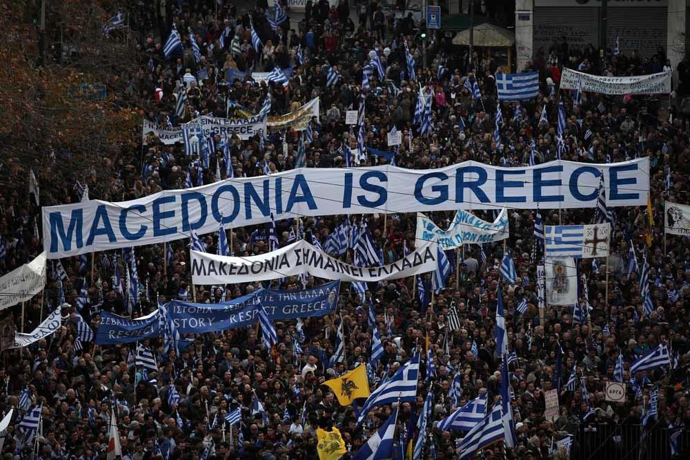 Ruim honderdduizend Grieken demonstreerden op 4 februari in Athene tegen het gebruik van de naam Macedonië door de voormalige Joegoslavische republiek. (Zie ook onder dit artikel.)  – © HH