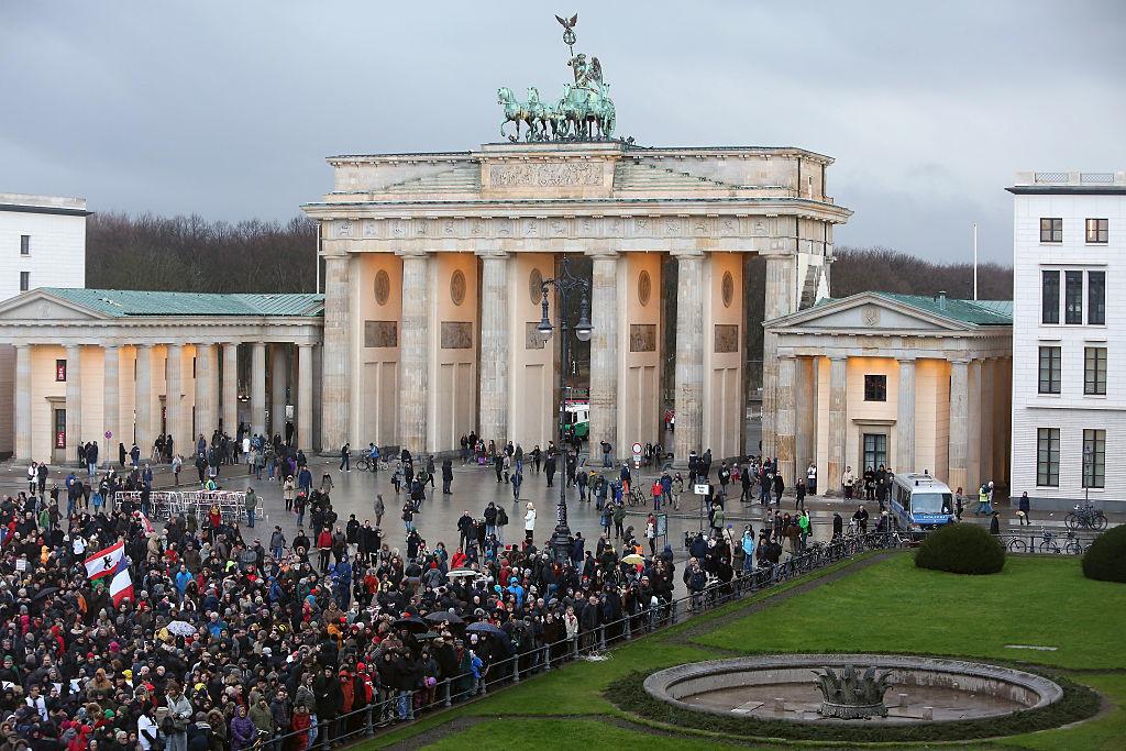 Een grote menigte verzamelde zich voor de Franse ambassade in Berlijn n.a.v. de schietpartij op de hoofdredactie van Charlie Hebdo op 7 januari 2015.