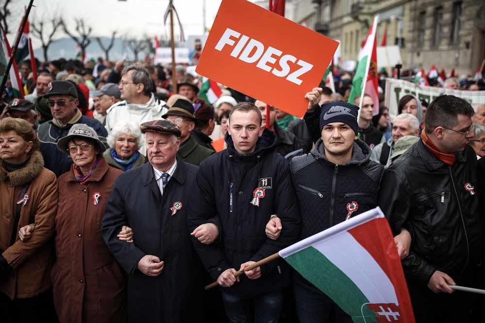 Aanhangers van de regerende, rechtsnationalistische partij Fidesz luisteren naar een speech van premier Orban. – © Getty