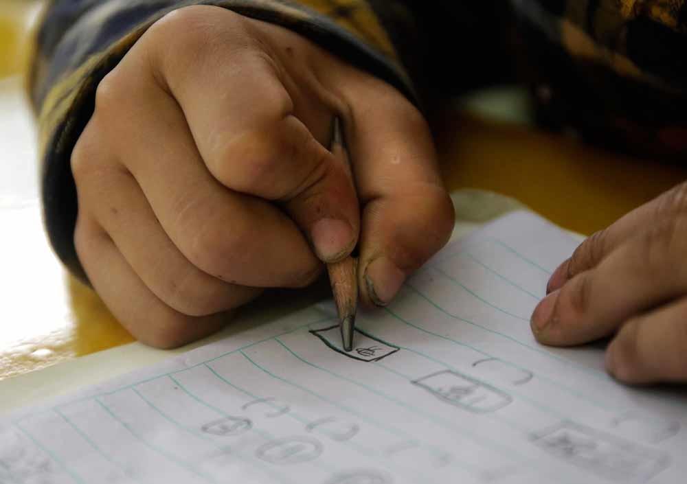 De tekens hierboven laten zien hoe dyslectische kinderen Chinese karakters schrijven; ze voegen een lijntje toe of verhaspelen verschillende karakters. – © Sixth Tone