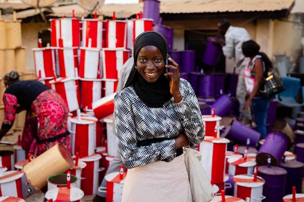 De eerste verkiezingen in Gambia na het vertrek van Jammeh. Ongeletterde inwoners konden stemmen met knikkers, die ze in gekleurde stembussen konden doen. – © HH