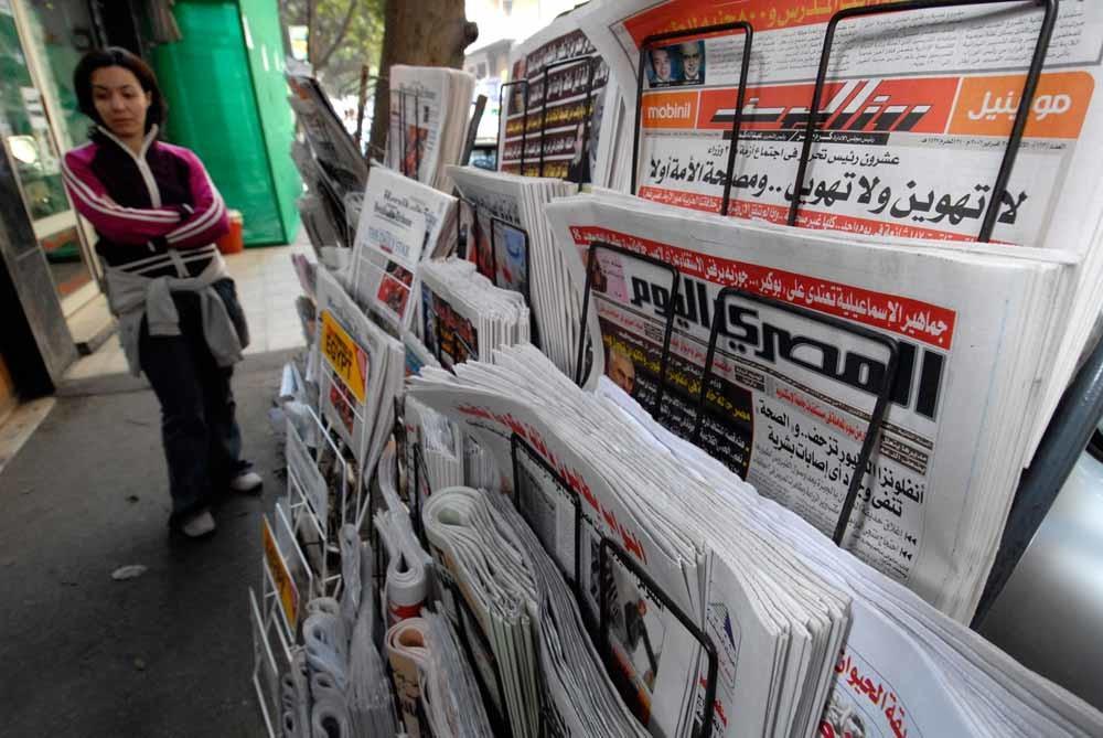 Al-Masri Al-Youm, hier met koppen, bij een kiosk in Cairo. – © Getty Images
