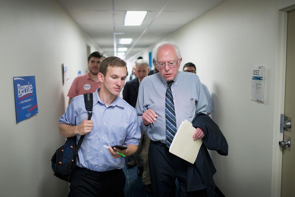 Sanders in gesprek met een journalist op zijn campagnehoofdkantoor in Iowa. – © Scott Olson / Getty Images