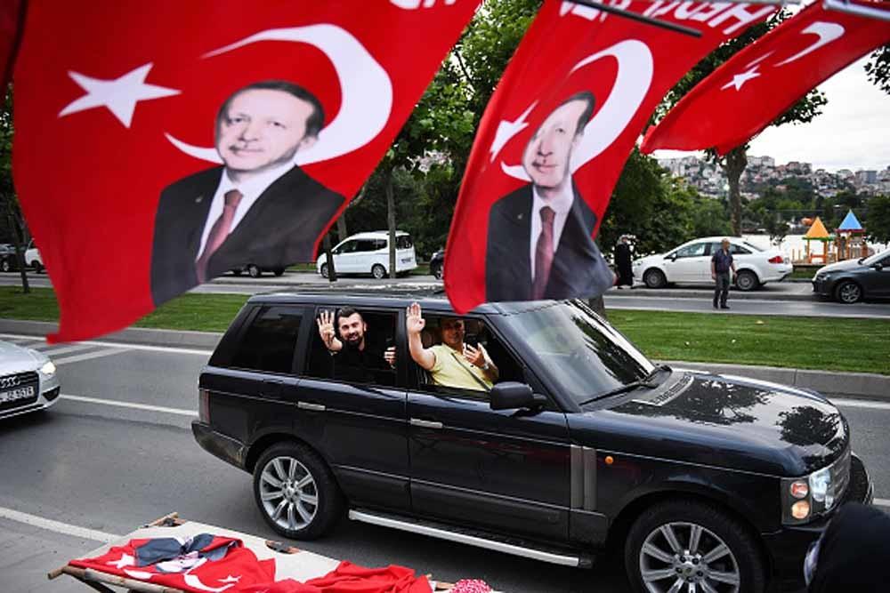 Aanhangers van president Erdogan vieren feest bij het hoofdkantoor van zijn AKP. – © Jeff J Mitchell / Getty Images