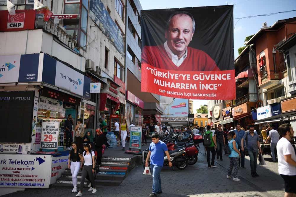 Een vlag met de afbeelding van Muharrem Ince (CHP) in de wijk Besiktas in Istanboel. – © Jeff J Mitchell / Getty Imagefb