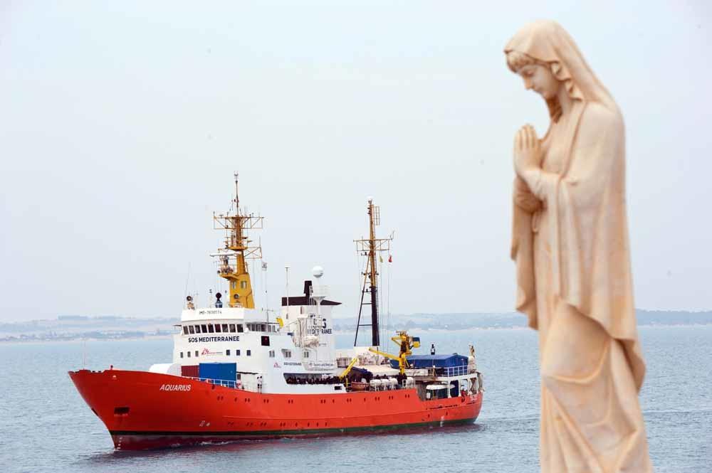 De Aquarius, een schip van de hulporganisaties SOS Méditerranée en Artsen zonder Grenzen, pikt sinds februari 2016 migranten en vluchtelingen op die vanuit Libië Italië proberen te bereiken. – © Salvatore Cavalli / AP