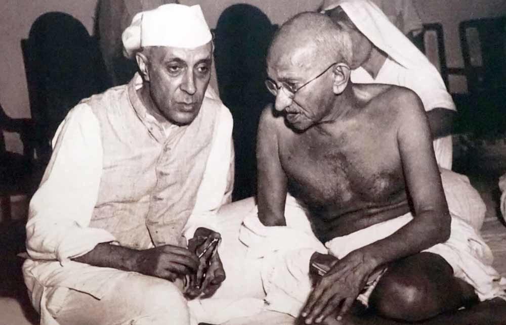 Jawaharlal Nehru (l.) en Gandhi. – © Getty Images