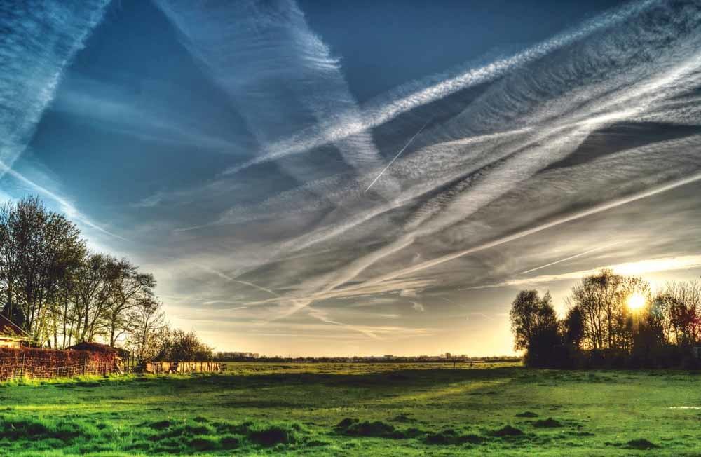 Aanhangers van chemtrails geloven dat de condensatiesporen die vliegtuigen in de lucht achterlaten, in werkelijkheid sporen zijn van chemische verbindingen die expres met kwade bedoelingen worden verspreid. – © Pexels