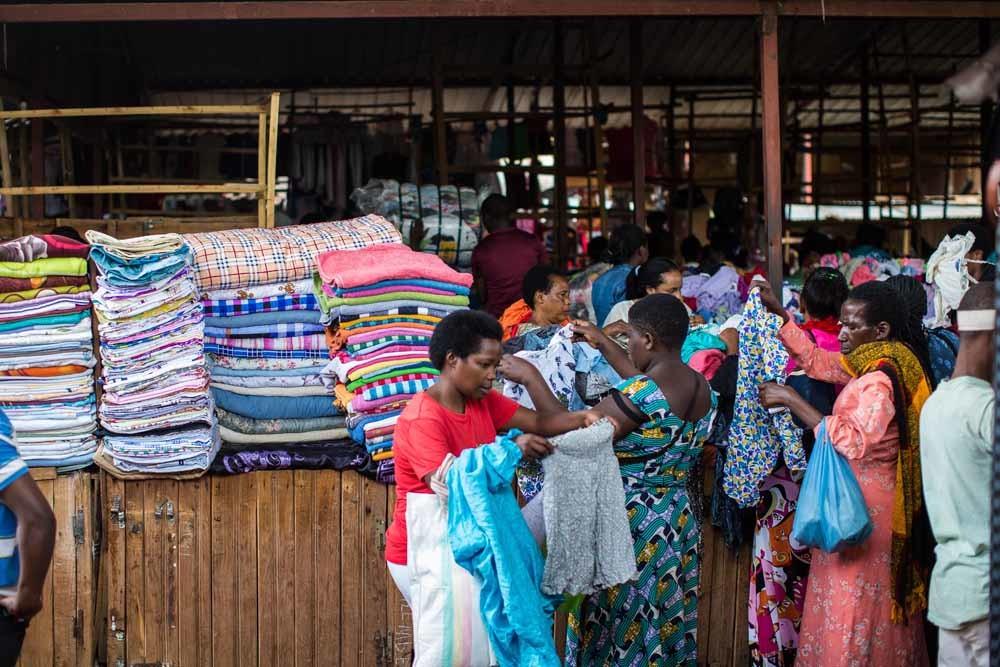 Rwandezen zoeken tweedehandskleding uit op een markt in de hoofdstad Kigali. – © Getty Images