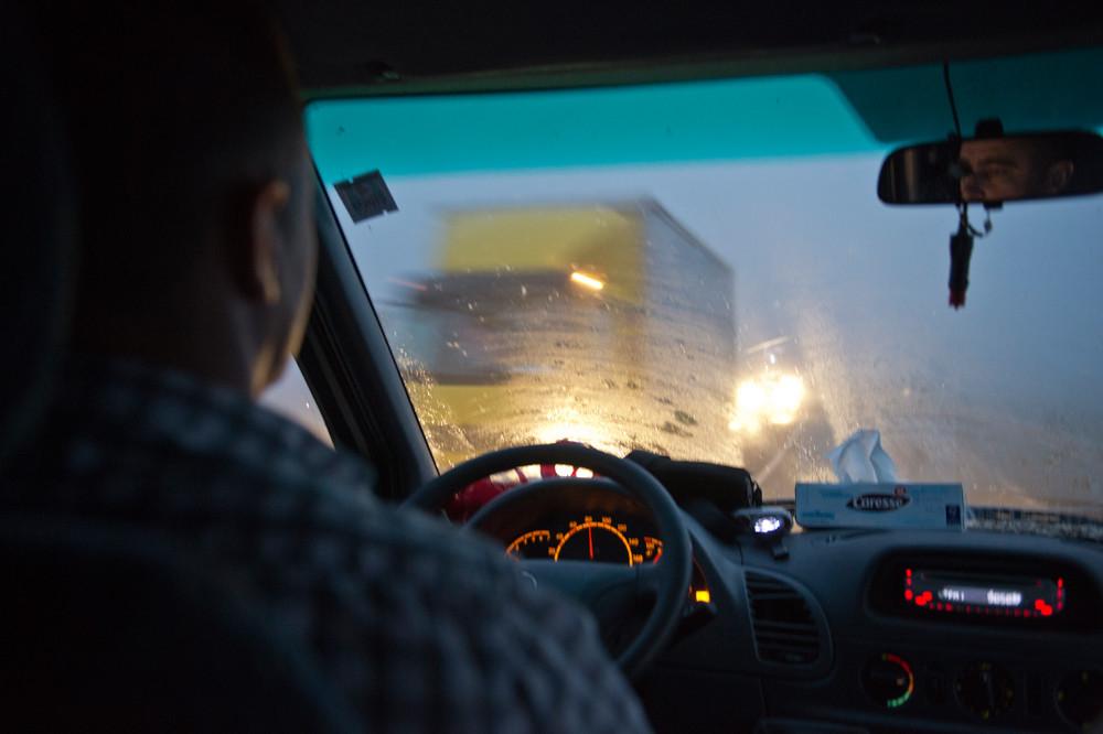 Viktor Talic on the road, achter het stuur van zijn Mercedes Sprinter. – © Thomas Grabka / Der Spiegel