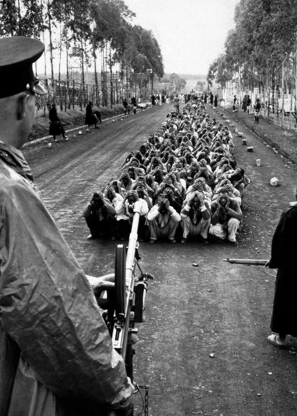 Britse militaire politiemannen bewaken vermoedelijke Mau Mau-rebellen en bewaken een wegcontrole tijdens de Mau Mau-opstand (1952-1960) tegen het Britse koloniale bewind in Kenia. – © Corbis via Getty Images; 2. De Britse militaire politie voert een we