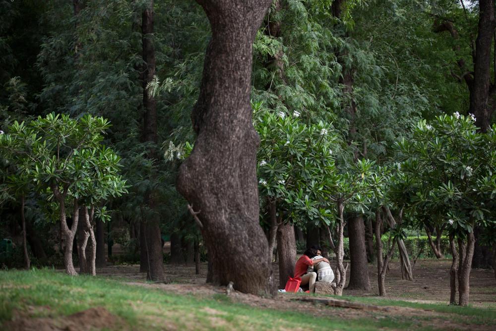 Een Indiaas stel beleeft een intiem moment in een park in New Delhi. – © Tsering Topgyal / AP
