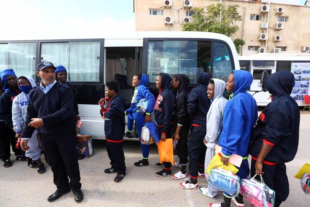 Afrikaanse migranten staan bij een detentiecentrum in Tripoli in de rij om te worden gerepatrieerd. – © HH
