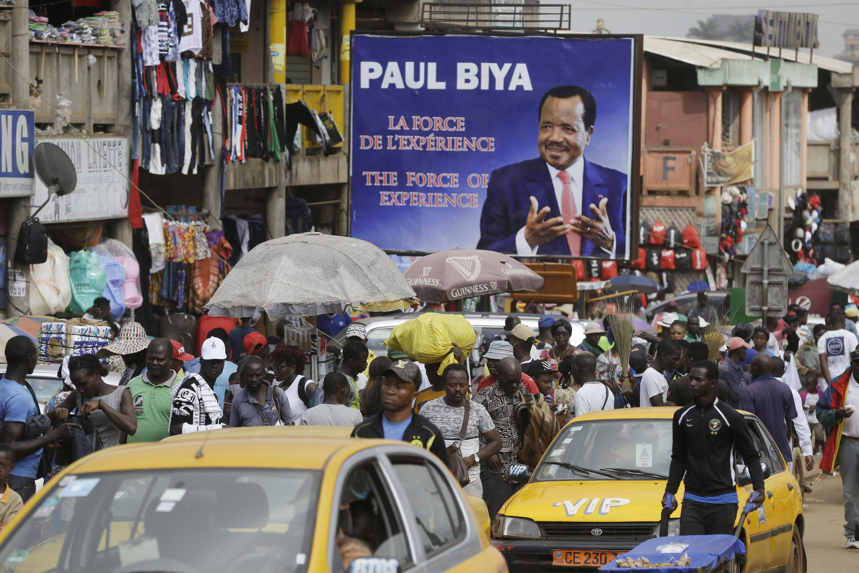 Hoewel de oppositiepartij de verkiezingen van 9 okt. j.l. claimt te hebben gewonnen, verwachten experts dat Paul Biya zijn zevende termijn als president zal ingaan. – © AP Photo / Sunday Alamba